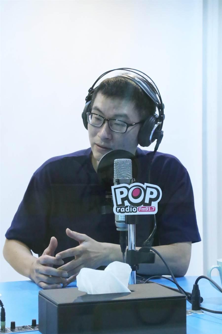民進黨台北市議員梁文傑今接受《POP搶先爆》專訪坦言,部分選區議員席次可能會減少1席,但不會每區都掉1席。(《POP搶先爆》提供)