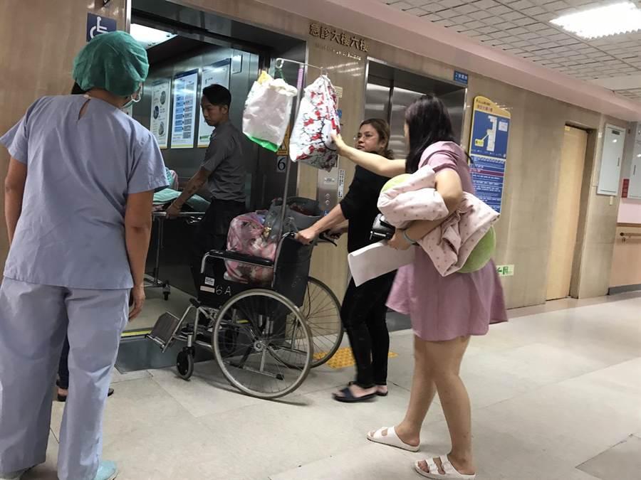 陳小姐今天下午帶著住院的父親返回6樓病房。(譚宇哲攝)