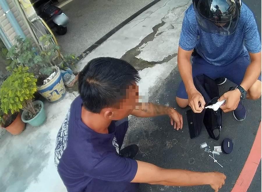 37歲沈男日前在網咖前等公車東張西望,遭眼尖便衣員警查獲毒品。(馮惠宜翻攝)