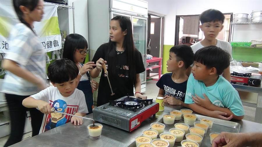 魚池鄉農會「在地尚青」食農教育,讓小朋友體驗、認識從田間到餐桌,耕作到烹飪過程。(沈揮勝攝)