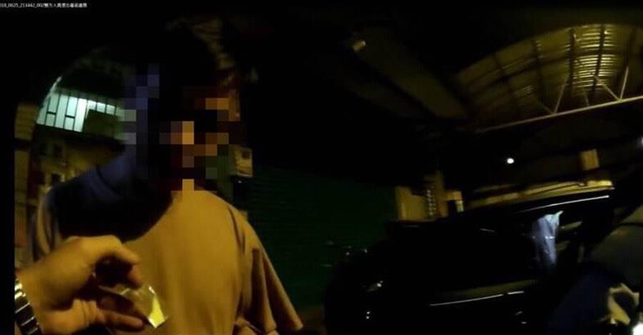 24歲何姓男子與33歲范姓男子在車內吸食K他命,遭警方查獲。(葉書宏翻攝)