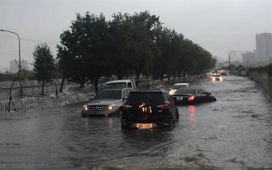 台中市13日下午下起豪大雨,麻園頭溪水暴漲,造成永春東二路及永春東三路淹水,有4輛汽車受困拋錨。(鎮平里長提供)