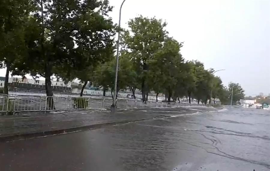 台中市13日下午下起豪大雨,麻園頭溪水暴漲,都溢出到永春東二路及永春東三路上。(鎮平里長提供)