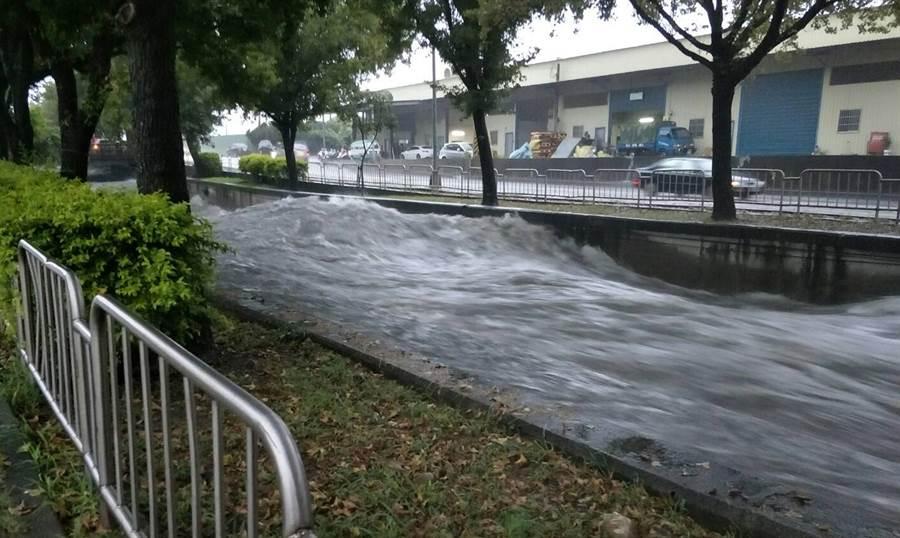 台中市13日下午下起豪大雨,麻園頭溪水暴漲,永春東二路及永春東三路段上,溪水非常兇猛。(鎮平里長提供)