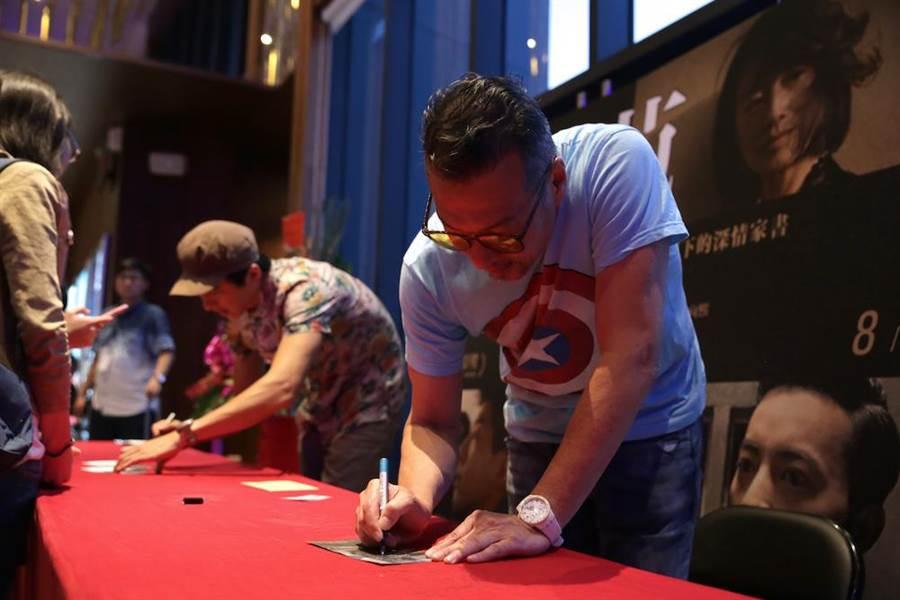 范保德嘉義首映會,主演范保德的黃仲崑為影迷簽名。(鏡象提供)
