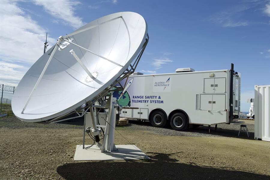 商業衛星成本低、數量多,但是要收集訊息轉為軍事用途有相當難度。圖為阿拉斯航太公司的通訊衛星活動型地面接收站。(圖/美聯社)