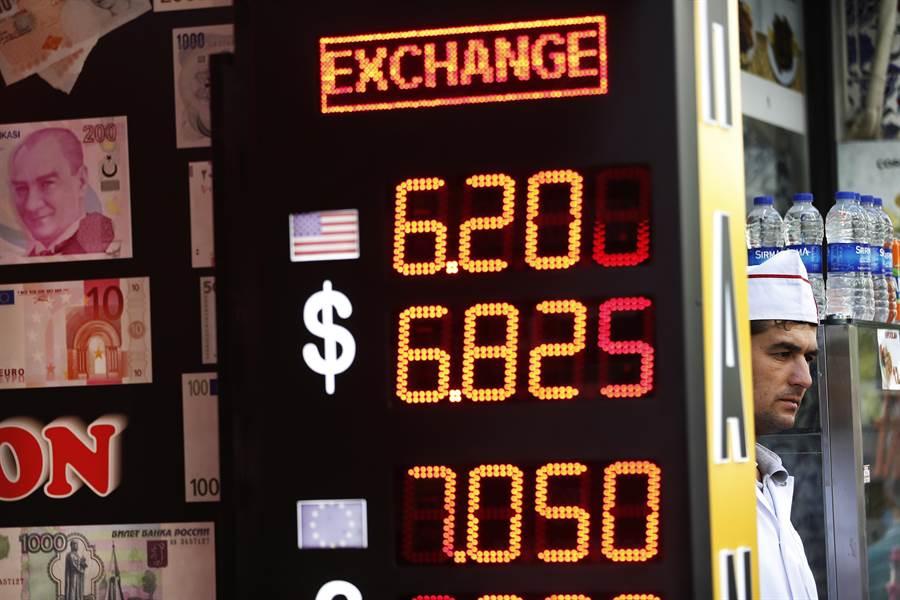 土耳其里拉大幅貶值,引發全球貨幣與股票市場動盪。土國總統埃爾多安呼籲國民賣美元挺里拉,協助對抗美國的貨幣戰。(圖/美聯社)
