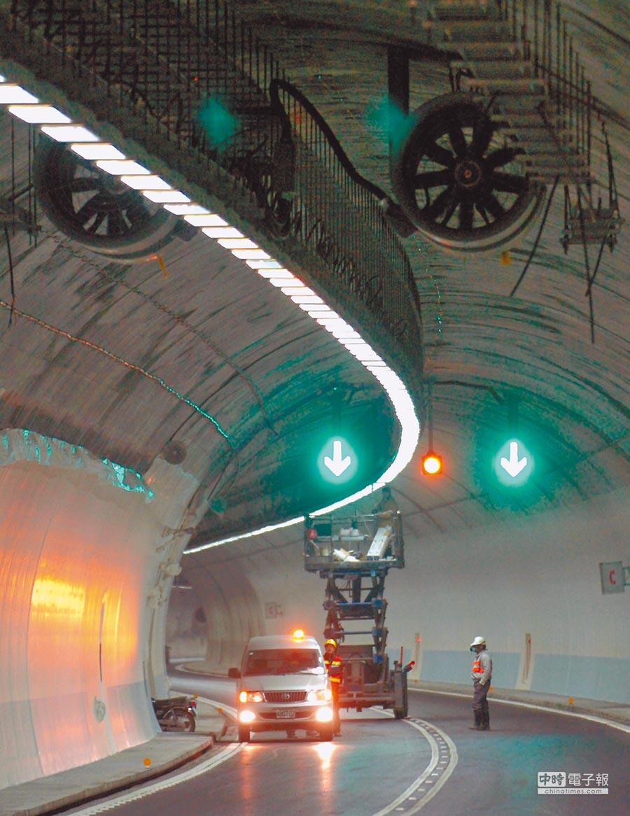 雪隧每月電費逾千萬,交通部高公局表示,若未來克服技術問題,不排除換裝LED燈。(本報資料照)