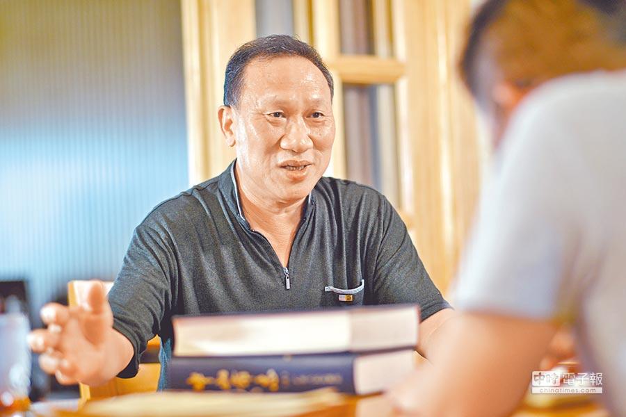 盧澤輝,中山市經信局退休幹部。中山第一本工業專志──《中山市工業志》主筆。