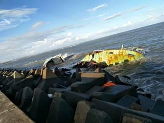 海象不佳又遭風浪拍打 嘉明貨輪擱淺布袋港斷裂一半