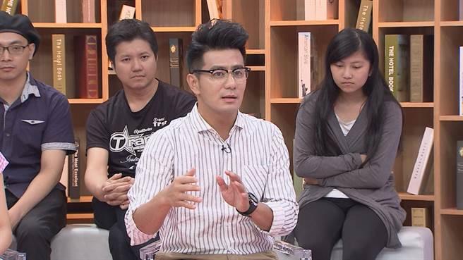 郭彥均在節目中分享大學同學性向轉變。(八大提供)