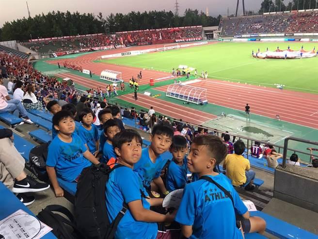 台南東門城足球俱樂部小球員到日本金澤進行交流,還獲邀看了金澤薩維根的J2比賽。(東門城俱樂部提供)