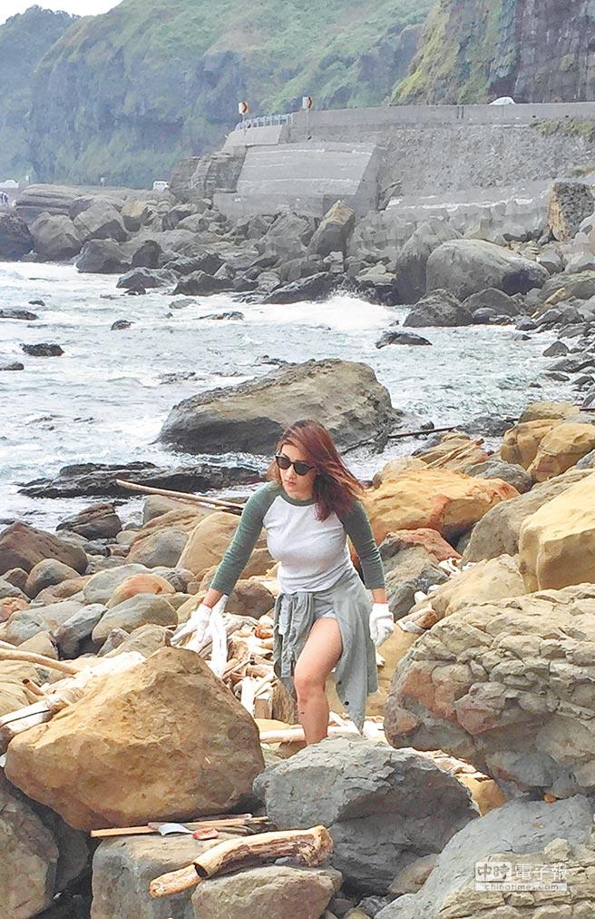 劉明湘前天與朋友到瑞芳郊區海邊淨灘。
