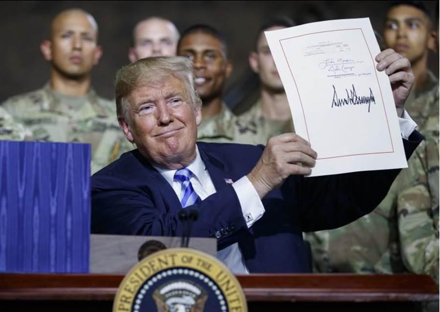 美國總統川普今日正式簽署「國防授權法案」。(圖/美聯社)