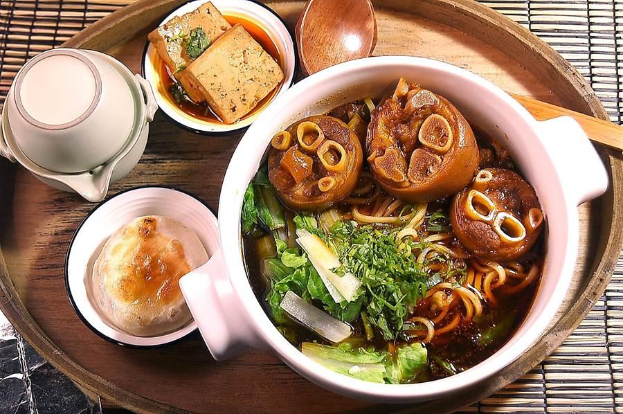 文青麵館〈伊宛麵〉的招牌〈絕代雙腳麵〉,是採套餐型式供應,整套含好吃的豬腳麵與餡餅、滷豆腐與烏龍茶。(攝影/姚舜)