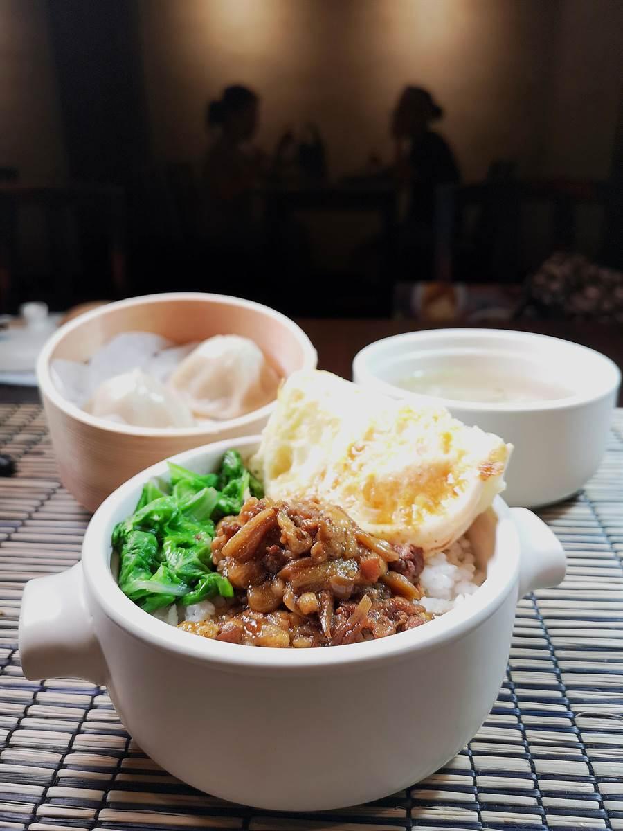 〈伊定銷魂飯〉的滷肉是以黑毛豬五花肉與豬皮,切成了絲條後以米兒調製的滷汁滷煮,膠質豐厚且是台灣古早味。(攝影/姚舜)