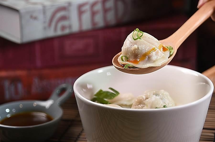 每碗120元的〈祕汁珍珠撈〉,是時尚版的〈抄手〉,提味醬汁是用花椒粉、蔭油膏與冰糖熬製。(攝影/姚舜)