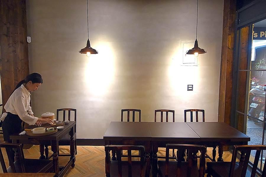 開在台北市建康路上老舊公寓的〈伊宛麵〉,店裝極簡並帶有一點點工業風與一點點文青味道。(攝影/姚舜)