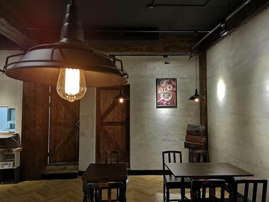 鎢絲燈、水泥牆、穀倉木門,以及木桌木椅,〈伊宛麵〉的簡約成了一種「沈靜的優雅」,讓人可以從容淡定的好好享受一碗麵。(攝影/姚舜)