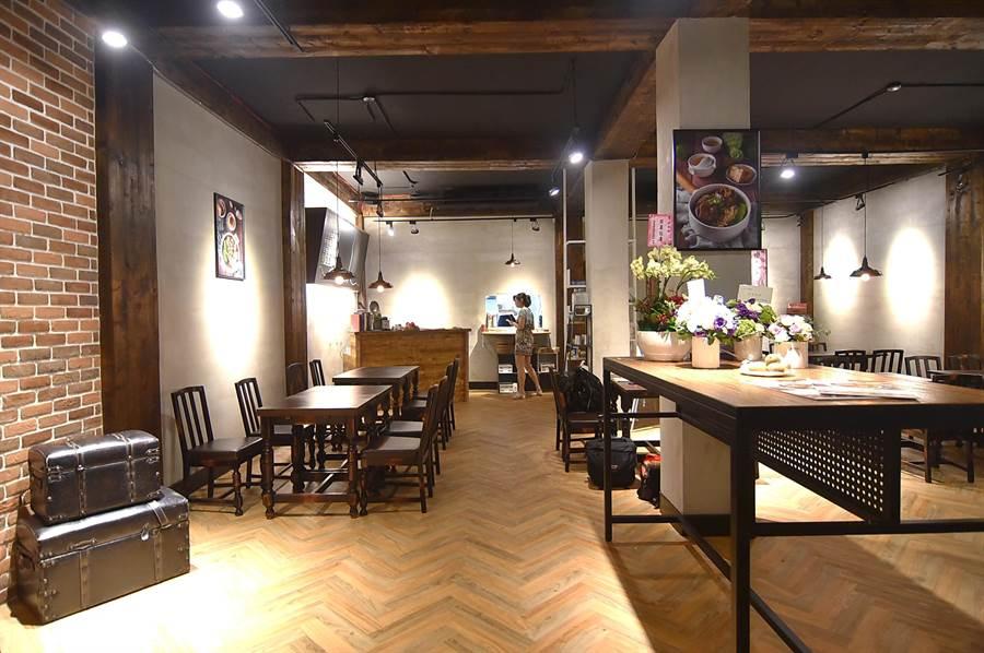 〈伊宛麵〉店內桌椅擺得很開、很鬆,客人可以好好的在店裡享受一碗麵。(攝影/姚舜)