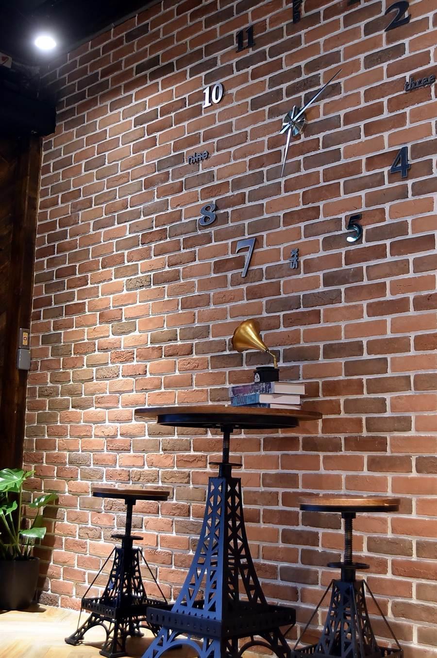 這用紅磚砌的牆面,是〈伊宛麵〉為網紅網美上IG打卡而設,讓素樸的店中增添了一點「潮」味。(攝影/姚舜)