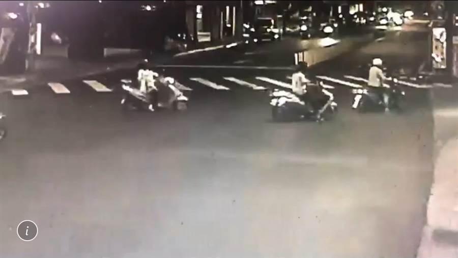 环河南路、武昌街路口监视器清楚拍下车祸发生过程。〔警方提供〕