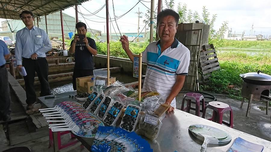 轉型成功的養殖戶歐秋宏介紹自己的產品。(廖德修攝)