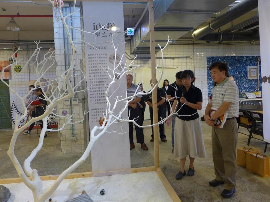 台中文化資產園區舉辦「木。維度」展,文創工作者以染線編織成織布,呈現大自然五彩繽紛的色澤。(林欣儀攝)