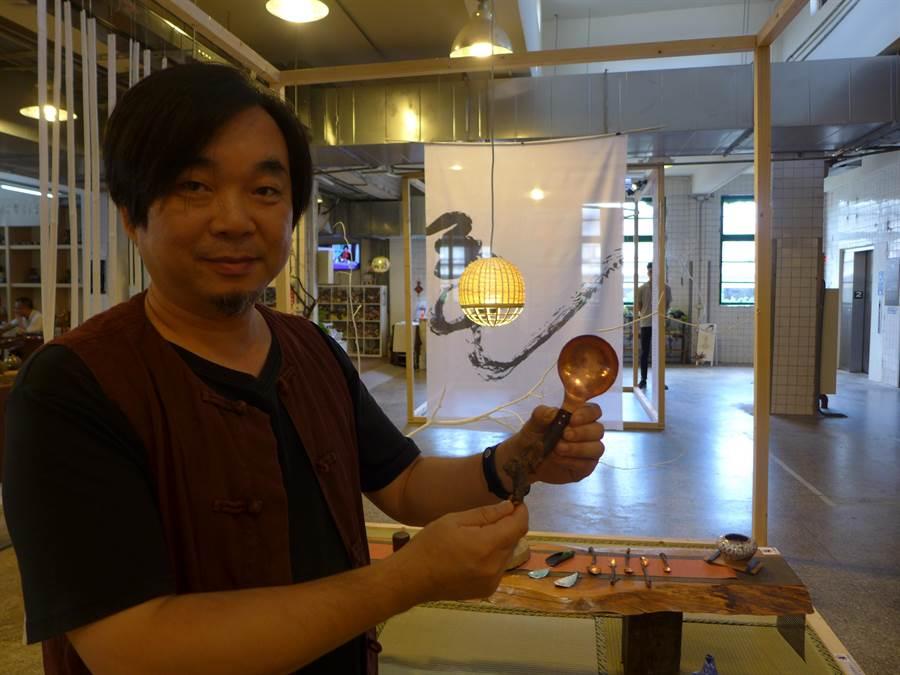 文創工作者何堂立原本從事金屬工藝創作,將不同媒材的廢棄木頭融入創作中,呈現不同風格的餐具。(林欣儀攝)