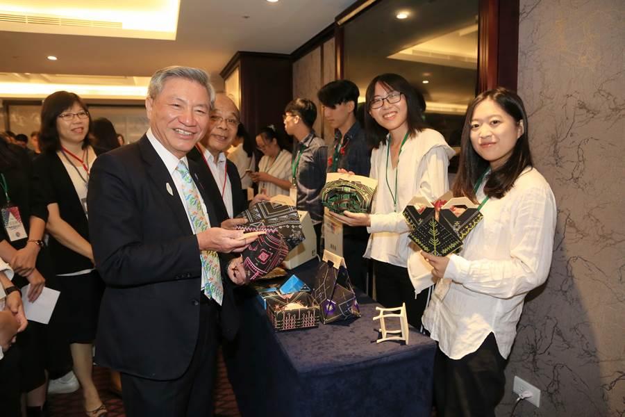 台中市副市長張光瑤稱讚「年輕人idea豐富,入圍創意作品無價!」(盧金足攝)
