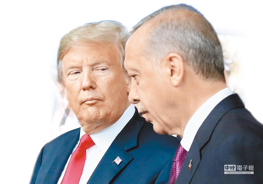 美國與土耳其交惡,美國總統川普10日宣布土耳其輸美鋼鋁產品關稅提高1倍,導致原已不斷下滑的土國貨幣里拉重貶。圖為川普(左)和艾爾多安今年7月出席北約高峰會時的情景。(法新社資料照片)