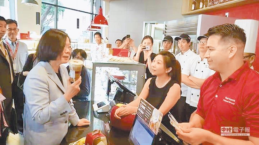 蔡英文總統訪團車隊拜訪「台灣之光」85°C,店員們也爭相拿出印有85°C字樣的抱枕等要求蔡總統簽名並爭相拍照,對訪團的蒞臨相當驚喜。(照片取自立委蔡適應臉書)