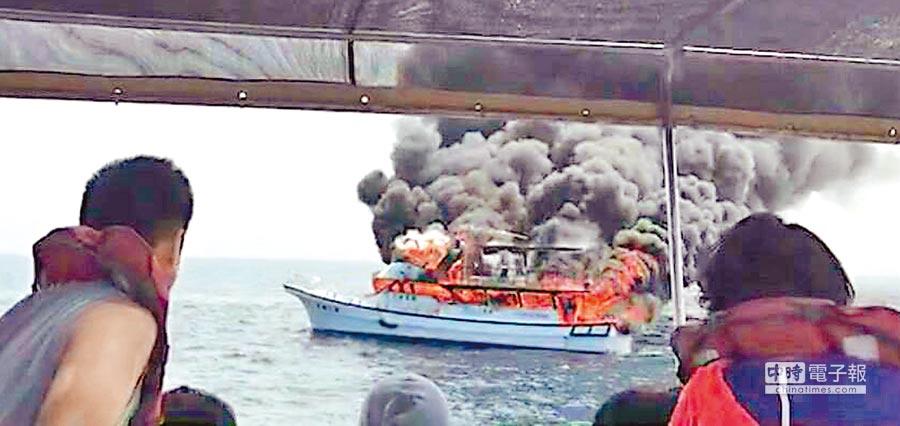 賞鯨船遊客平安接駁至另一艘賞鯨船,無人傷亡。(許家寧翻攝)