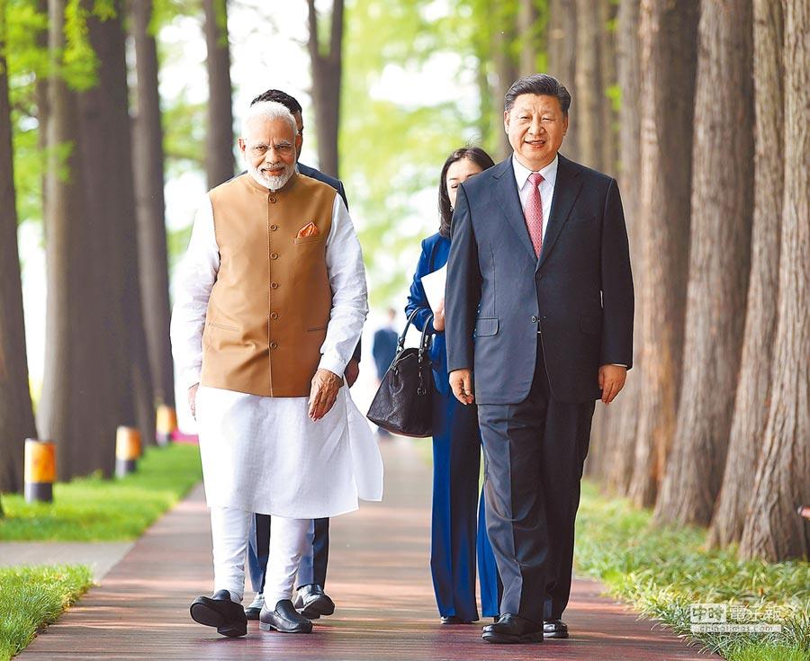 大陸今年以來積極拉攏印度,希望以此來破解川普政府的「印太戰略」。圖為今年4月印度總理莫迪訪問武漢,與大陸國家主席習近平(右)散步交談。(新華社)