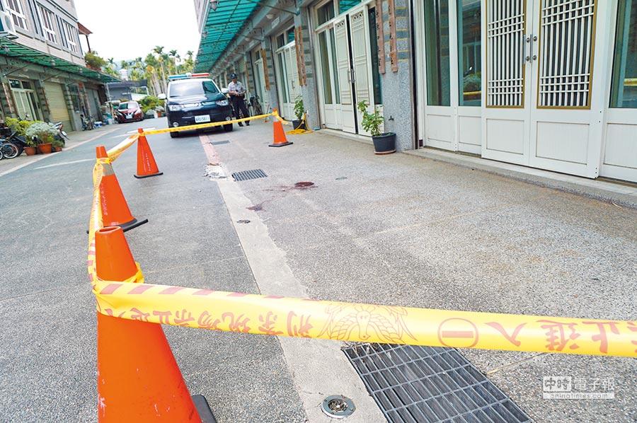 2歲男童13日遭鄰居駕駛休旅車擦撞,地上留下大片血跡,送醫不治。(王文吉攝)