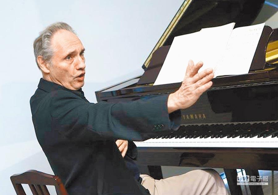 64歲德國鋼琴家、也是國立台北藝術大學音樂系教授魏樂富住在台灣40年拿到身分證,開心當「台灣的兒子」。(本報資料照片)