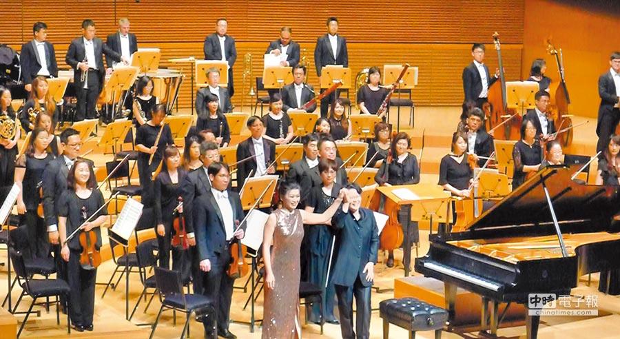 由指揮陳美安(前排右)領軍的國台交與鋼琴家陳毓襄(前排左)合作,演出國家文藝獎得主蕭泰然《鋼琴協奏曲》,獲得洛杉磯迪士尼音樂廳2000樂迷滿堂彩。(國台交提供)
