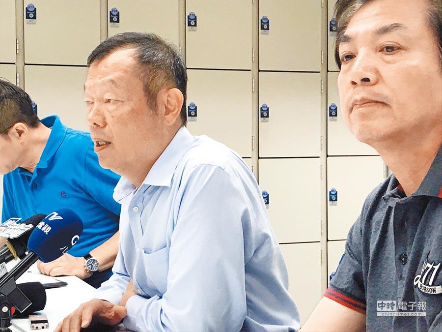 新北市衛生局長林奇宏(左)、環保局長劉和然(右)13日說明新莊登革熱疫情狀況。(陳俊雄攝)