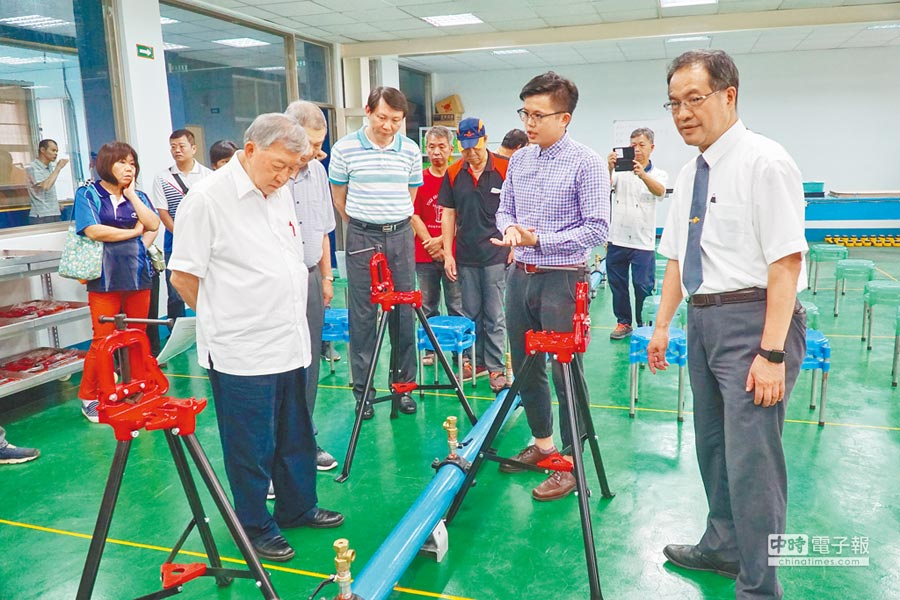 新竹縣政府首開工友水電研習班,邀請縣內各級學校工友,參與為期6天的水電課。(莊旻靜攝)