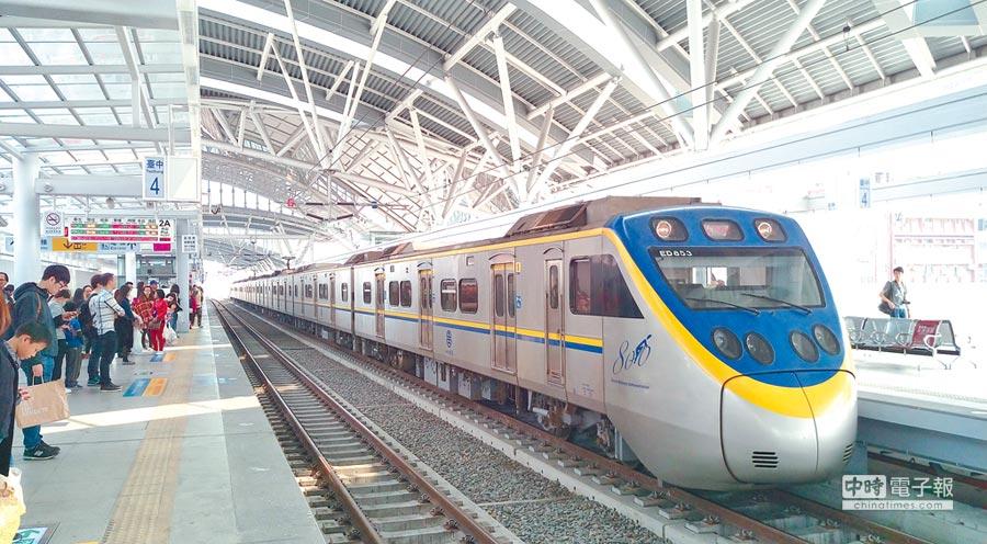10月1日起,民眾只要使用悠遊卡或一卡通,在台中市18個火車站下車,並於2小時內使用同一張票證轉乘公車,10公里免費。(盧金足攝)
