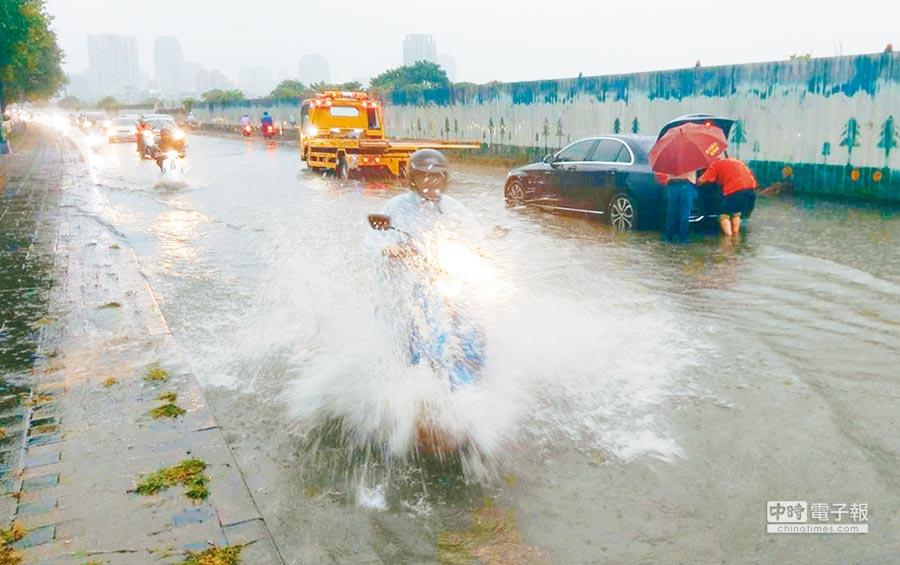 台中市13日下午下起豪大雨,麻園頭溪水暴漲,造成永春東二路及永春東三路淹水。(黃國峰攝)