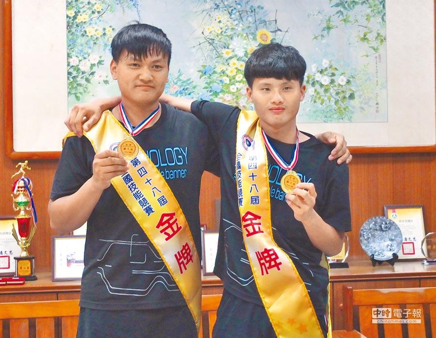 嘉縣國立東石高中學生吳宜道(左)和楊諒為(右)在全國技能競賽暨國際技能競賽國手選拔賽雙雙奪金,2人是同班同學,同為新住民二代,備賽期間互相挖苦求進步。(張伊珊攝)