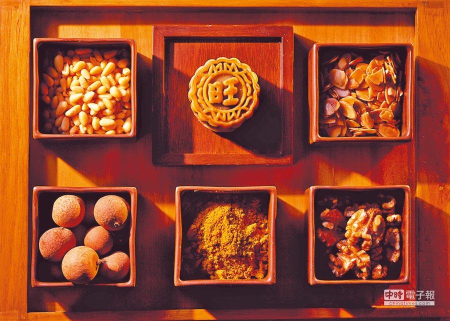 「咖哩珍果金華月」揉入獨門咖哩餡,並加入油潤飽滿的鹹蛋黃,有著鹹香濃郁的風味。(神旺大飯店提供)