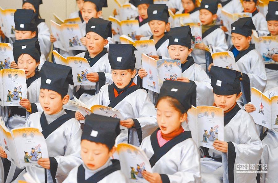 台灣在文史教育追求「去中國化」,優勢漸失。圖為合肥市小學生一起吟誦《論語》。(新華社資料照片)