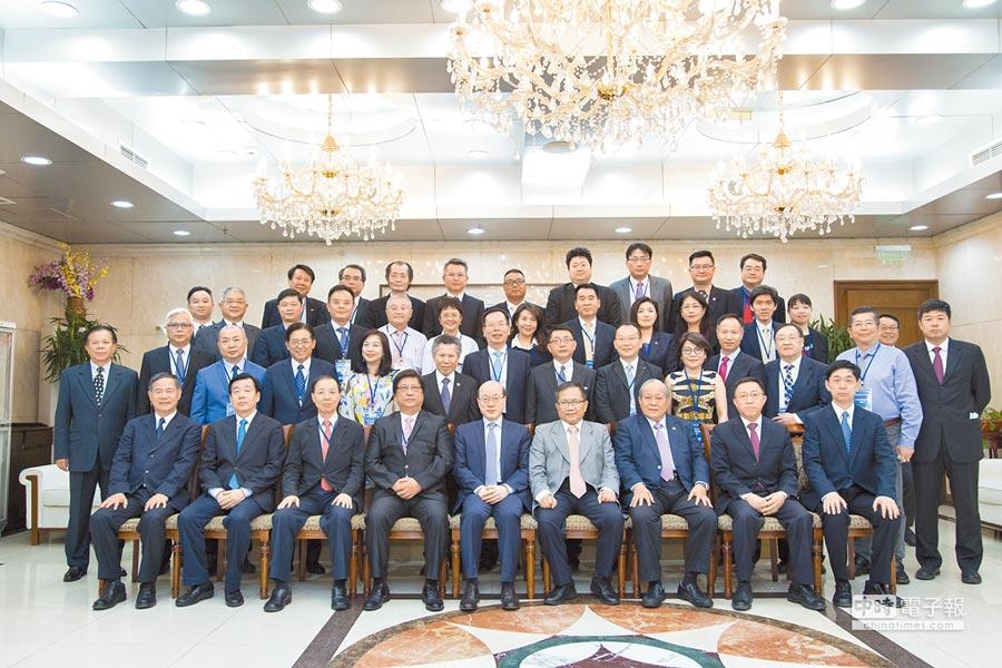 4月25日,國民黨大陸事務部主任周繼祥率40位台商在北京與國台辦主任劉結一會面。(國台辦提供)