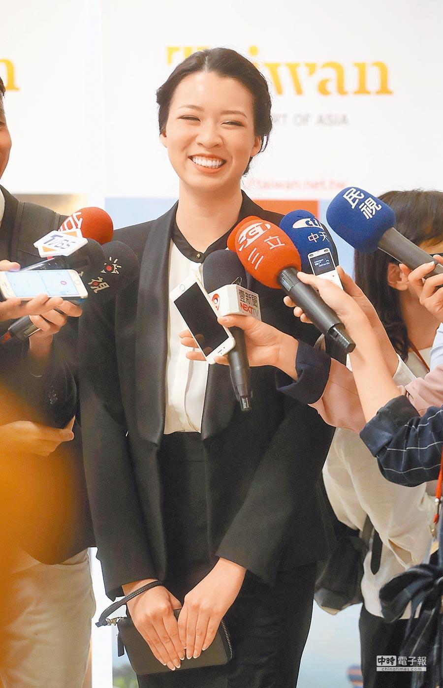 蔡英文總統當地時間12日走訪洛杉磯華僑文教服務中心,年僅17歲、甫拿下今年台美小姐后冠的黃茵格,對於台灣總統是女性非常驕傲。(中央社)