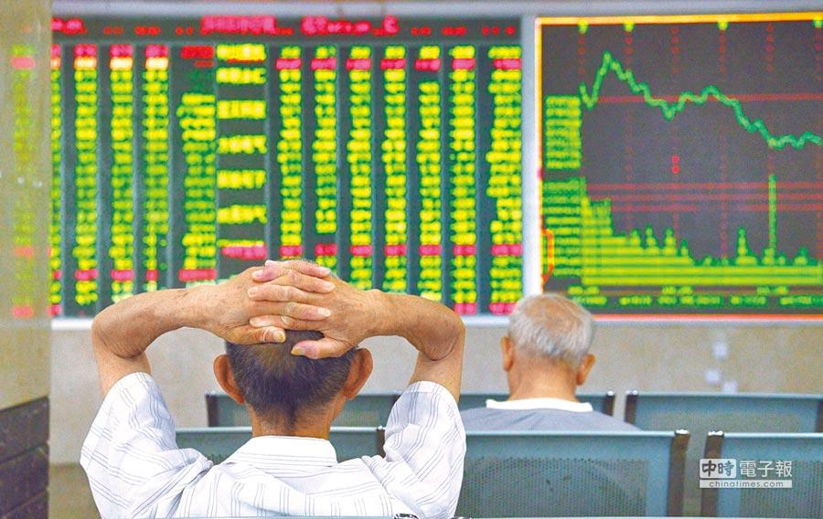 陸股一度重挫,但午盤逆轉,滬指終場小跌0.34%。圖為上周滬深股市大跌。(中新社資料照片)