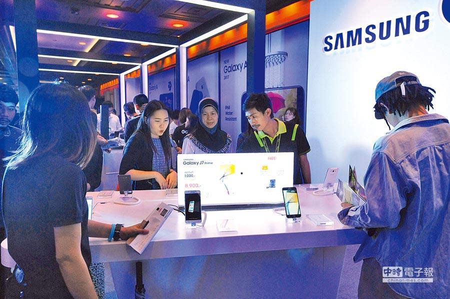 人們在展銷會體驗三星手機產品。(新華社資料照片)