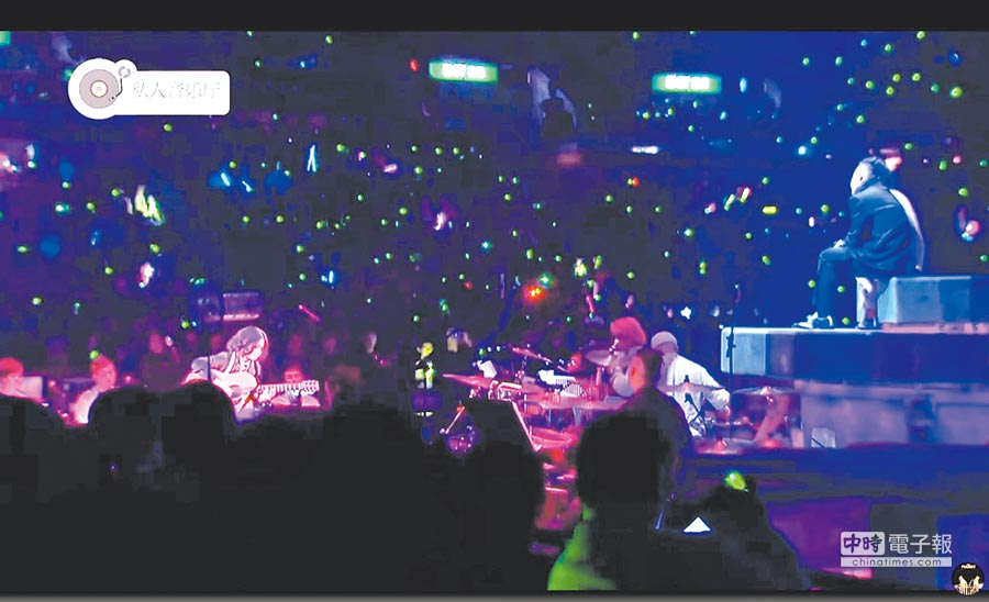 盧凱彤曾在陳奕迅(右)「DUO」演唱會上為他彈吉他伴奏。(截圖自影片)