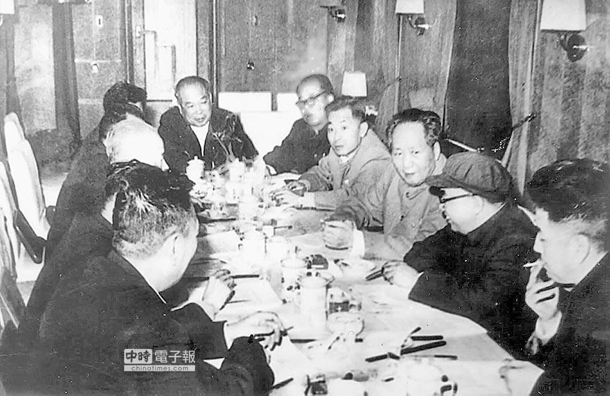 葉飛(右四)列席毛澤東召開的會議。(新華社資料照片)
